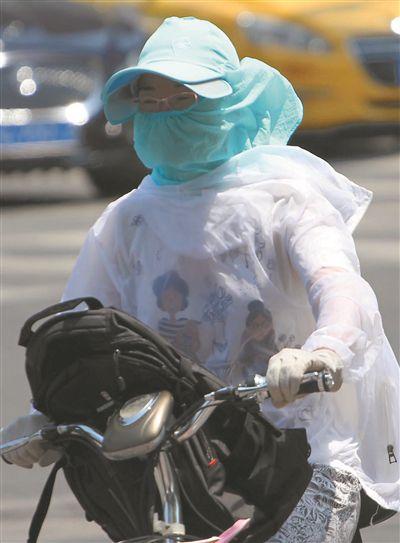 """南京最高气温35℃ 市民""""全副武装""""出行"""
