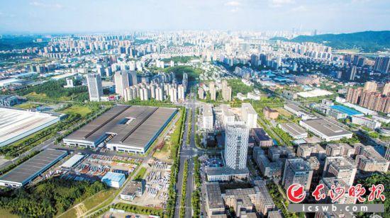 """今年以来,长沙高新区以""""产业项目建设年""""为总揽,推动新旧动能转换。           资料图片"""