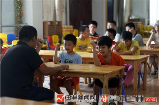 """玉林市幸福社工协会志愿者帮助盲生""""看""""电影"""
