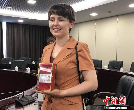 鲁艾佳向记者展示她的外国人永久居留身份证。 张斌 摄