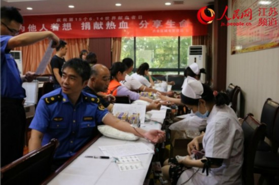 南京六合城管47名员工献血 传递正能量