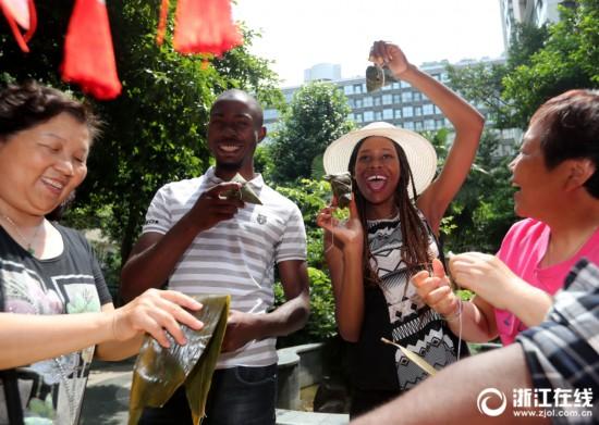 杭州:外国友人学包粽子 感受中国端午风俗