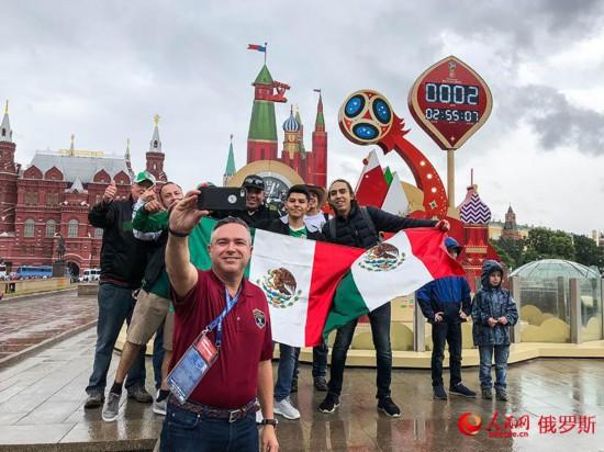 世界杯倒计时:球迷街头狂欢为自己的国家打Call(人民网记者 屈海齐 摄)