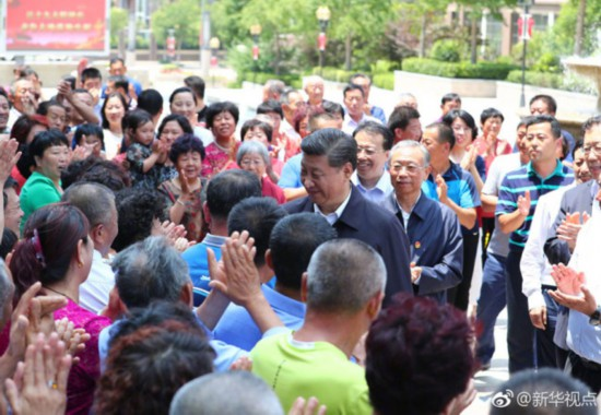 Chinese President Xi Jinping inspects a local residential community in Qingdao on June 12, 2018. [Photo: Xinhua]