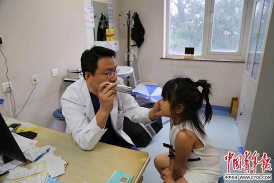 孩子视力下降应去医院就诊 切勿盲目在眼镜店配眼镜