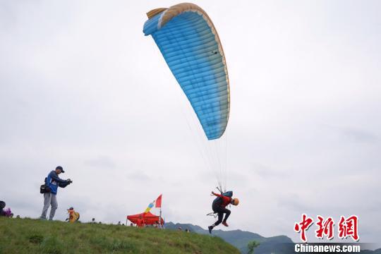 滑翔伞运动员比赛现场。贺俊怡 摄