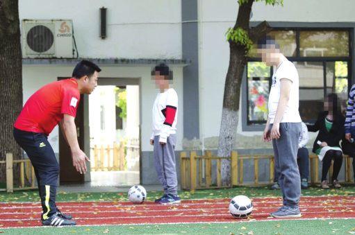 志愿者教练和孩子一起完成足球训练 董鑫提供