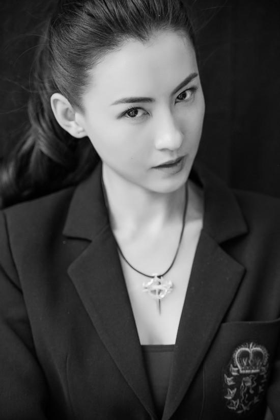 张柏芝黑白肖像大片来袭 酷柔并济容颜绝色