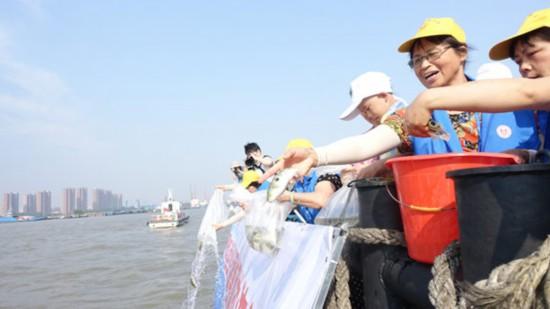 江阴连续17年举办长江渔业资源增殖放流活动