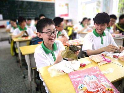 """15日扬州中考设22个考点 老师为学生送""""糕粽"""""""