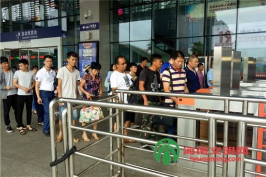 6月15日,海口高铁东站的乘客排队进站。.jpg