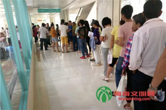 6月15日,市民在海南省人民医院排队就诊。.jpg