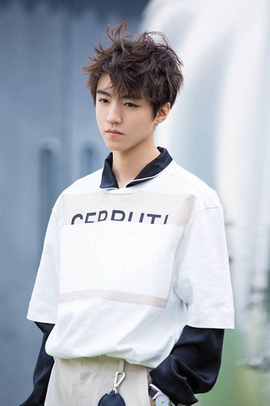 王俊凯新发色演绎敢撩少年 潇洒率性