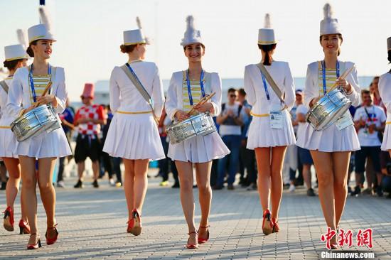 世界杯赛前俄罗斯美女鼓乐队抢眼