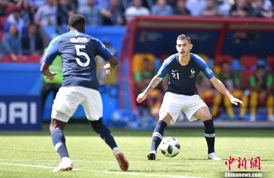 北京时间6月16日18时,2018俄罗斯世界杯C组首轮法国队与澳大利亚的较量在喀山打响。在VAR技术的帮助下,法国队最终2-1击败对手,获得开门红。中新社记者 田博川 摄