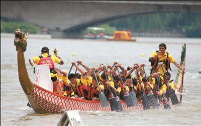 南通举办龙舟赛 19支国际龙舟队竞速濠河
