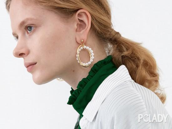 我忙着买这些有趣的耳环呢,现在没空!