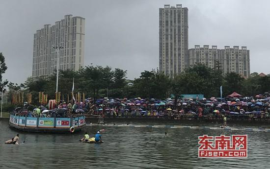 大雨挡不住观众热情 晋江安海水上捉鸭活动精彩上演