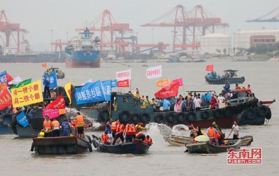石狮:海上泼水、攻炮城 多彩民俗活动过端午