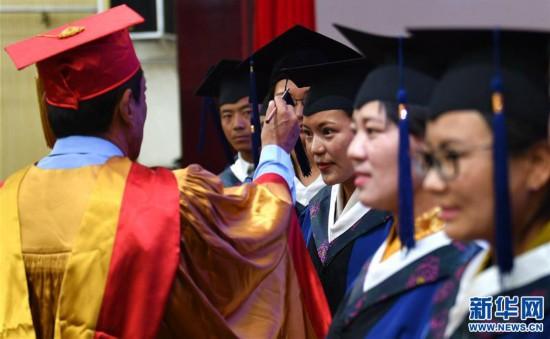 (图文互动)(2)10名藏医学子首次被授予临床医学硕士学位
