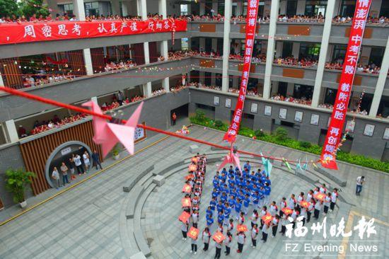 """福州教院附中上千名学生""""喊楼""""  传递中考祝福"""