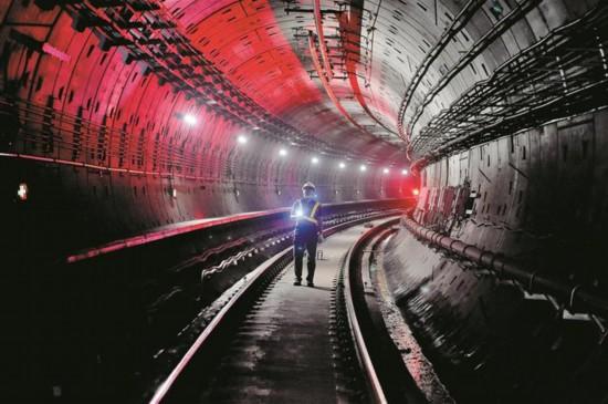 """走近深圳地铁检修员:城市""""猫头鹰""""深夜巡查地铁隧道"""