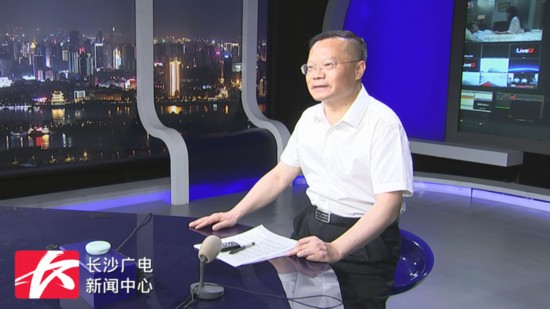 胡忠雄体验新闻直播流程。