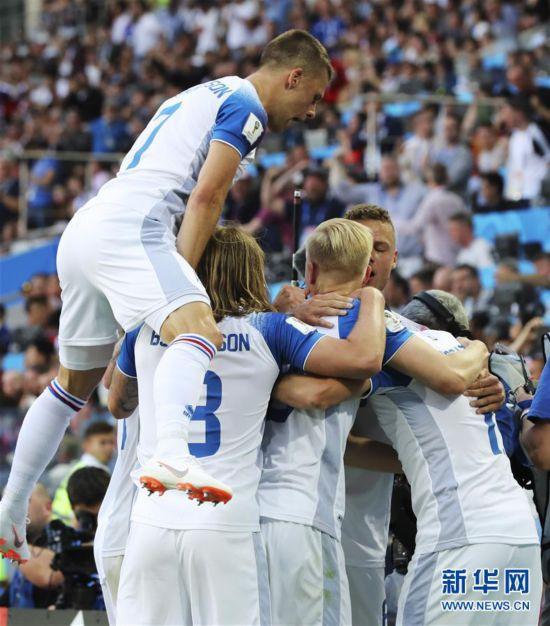 (世界杯)(8)足球――D组:冰岛队芬博阿松进球