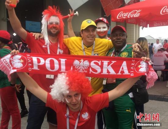 波兰对塞内加尔比赛即将打响 场外美女骑警抢眼