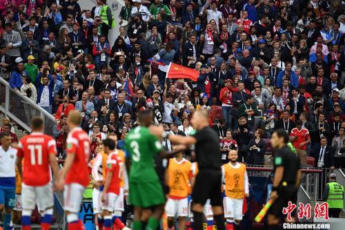 北京时间6月14日23点,俄罗斯世界杯揭幕战在莫斯科卢日尼基体育场打响。图为赛场中的中国元素。<a target='_blank'  data-cke-saved-href='http://www.chinanews.com/' href='http://www.chinanews.com/'><p  align=