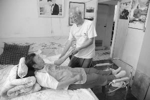 为照顾好老伴和女儿 苏州81岁老人在家练单杠