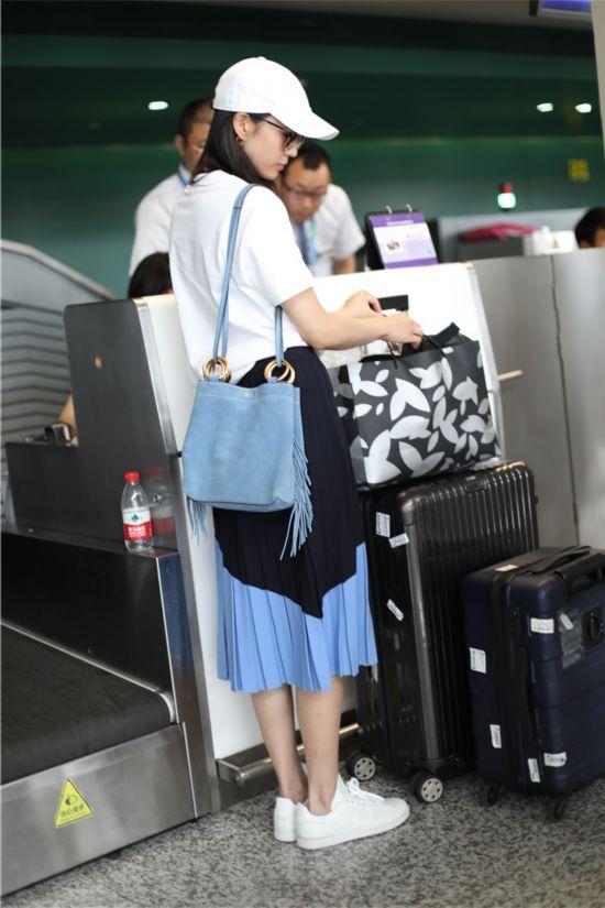 张钧甯现身机场 示范夏日舒适穿搭