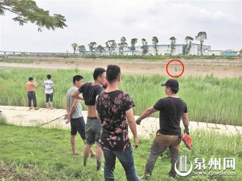 一男子殴打八旬阿婆后跳入晋江 警民包抄将其擒获