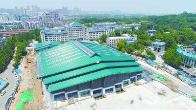 """武汉大学西门摊开一本""""巨书"""""""