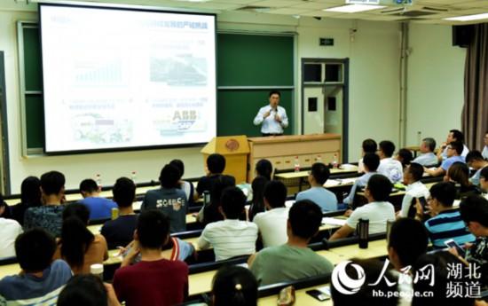 华中科技大学思政课:入脑更入心 很红也很炫