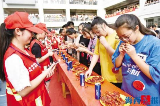 厦门东海学院小龙虾美食节举行 师生尽享3000斤小龙虾