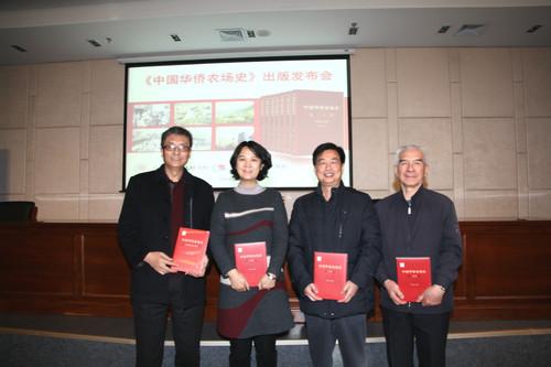 中國僑聯副秘書長、經濟科技部部長趙紅英向專家學者贈書