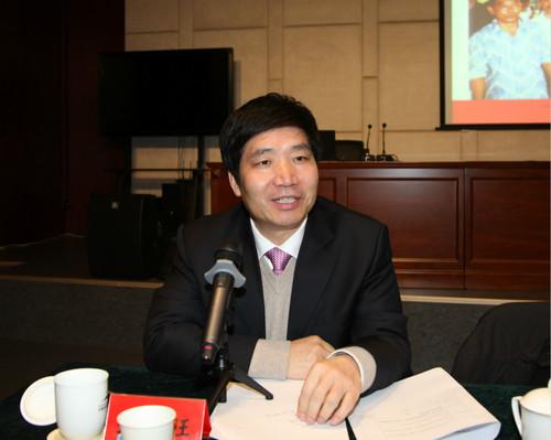 中國華僑華人研究所所長、中國華僑歷史學會副會長張春旺主持發布會