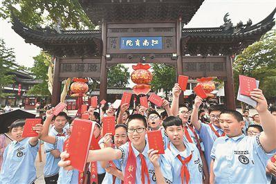 """南京一小学上演""""特殊毕业礼""""感受古代科考文化"""
