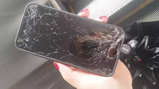 大妈摔失主手机 失主好话说尽、苦苦哀求
