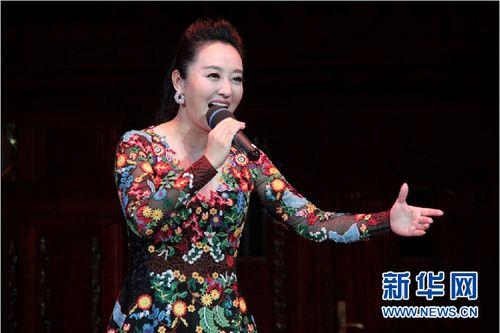 青年歌手周旋 新華社記者 王義攝