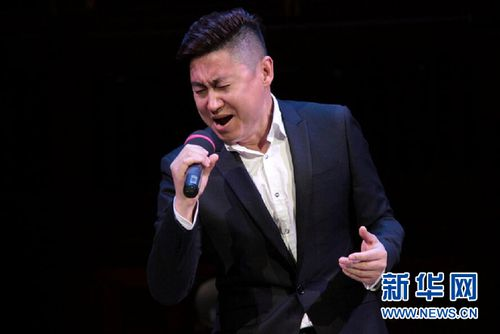 青年歌手淮梓倫 新華社記者王義攝