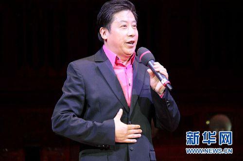 男高音歌唱家魏金栋 新华社记者王义摄