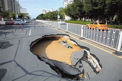 """三亚榆亚路:马路现""""大坑""""市政紧急抢修"""