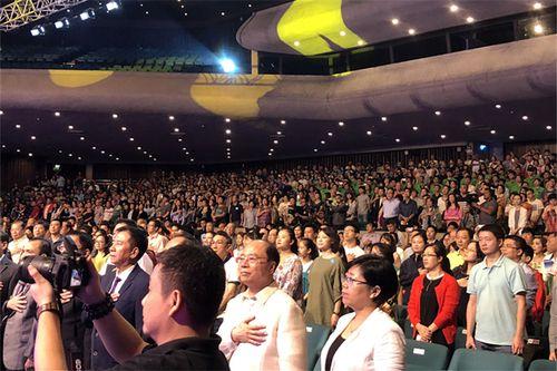菲律宾社会各界人士2000余人共同观看演出_副本