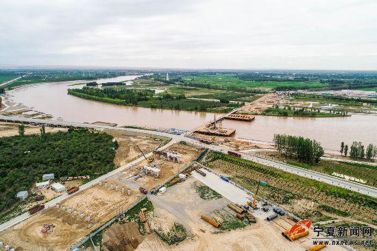 建设中的中卫南站黄河大桥