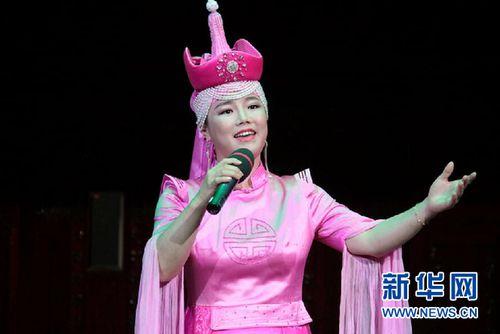 蒙古族青年歌手阿木古楞 新华社记者王义摄