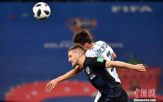北京时间6月22日凌晨,2018俄罗斯世界杯D组次轮阿根廷队与克罗地亚队的较量在下诺夫哥罗德打响。凭借下半场的三粒进球,克罗地亚3-0战胜夺冠热门阿根廷队,小组积6分提前晋级16强,阿根廷队小组出线形势艰难。 <a target='_blank'  data-cke-saved-href='http://www.chinanews.com/' href='http://www.chinanews.com/'><p  align=