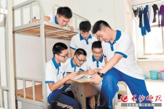 湖南师大附中1501班224寝室的6名学生在寝室合影。长沙晚报通讯员 苏晓玲 摄