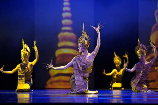 长甲舞是傣族民间舞蹈,原为男子舞蹈,手戴竹甲,后由女子跳,改戴金色长甲,在宫廷跳,用于国宴,欢迎国宾时跳,动作优美,舒缓,前臂动作较多。(石磊 摄)